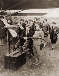 Amelia Earhart en mitad de una clase de aviación para sus admiradores más pequeños