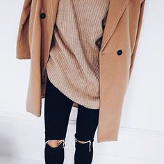 Camel coat, oversized sweater and ripped skinny jeans for stylish outfit. Habit Vintage, Fall Winter Outfits, Autumn Winter Fashion, Look Fashion, Womens Fashion, Net Fashion, Paris Fashion, Fashion Outfits, Winter Stil