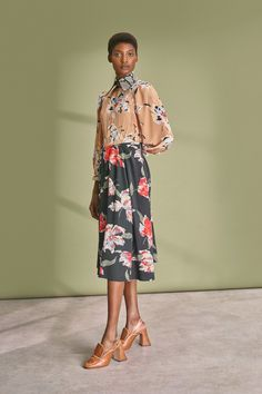 Rochas Resort 2019 collection, runway looks, beauty, models, and reviews.