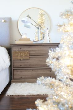 Christmas Bedroom Decor: ahousewithbooks.com