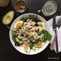 Sund og mættende salat med rejer og avokado og en lækker olie-eddike-dressing. Find opskriften her.