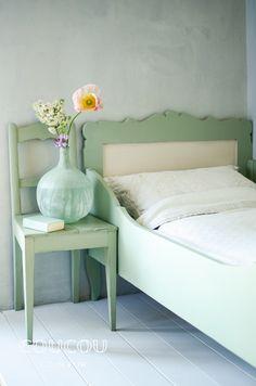 Mit natürlicher Kreidefarbe von Coucou Couleur gestaltet Ihr Euer Schlafzimmer rein ökologisch! Hier in LINDE ! Ob Shabby Chic, Landhausstil, Industrial Design, Vintage-Look, DIY mit Holz, Upcycling. Lasst Euch inspirieren: https://www.coucou-couleur.com/
