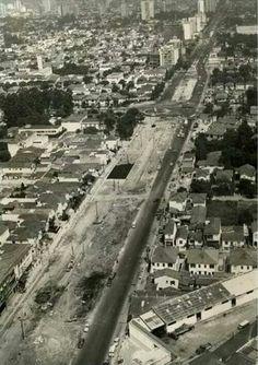1970 - Avenida Faria Lima, no bairro de Pinheiros, em construção. Foto tirada no sentido Itaim-bibi. O cruzamento no alto da foto é com avenida Rebouças.