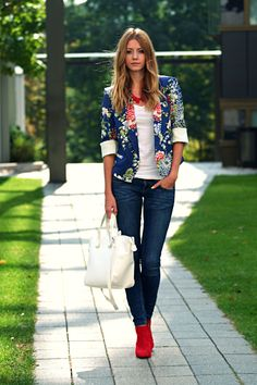 that blazer, necklace and shoes color!