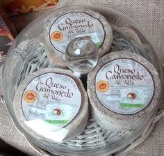 Queso Gamoneu una de las joyas de la gastronomía Asturiana. #ProductosAsturianos Queso, Dairy, Cheese, Food, Gastronomia, Raw Milk, Cow, Jewels, Cooking