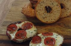 These Keto Pizza Bagel Bites are amazing! Lets be honest, Keto and Gluten Free baking is very challenging! This recipe for Keto Friendly Low Carb Pizza Bagel Bites is simple, and it works! Low Carb Pizza, Low Carb Bread, Bagel Bites, Yummy Food, Tasty, Gluten Free Baking, Keto, Lifestyle, Simple