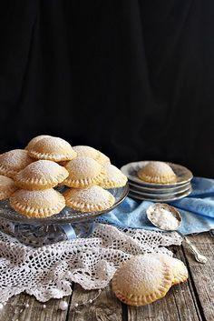 Egy különleges sütemény Szicíliából. Véletlenül akadtam rá, de azonnal beleszerettem. Egyszerű hozzával... Sweet Cookies, Candy Cookies, Baking Recipes, Cookie Recipes, Dessert Recipes, Easy Healthy Recipes, Sweet Recipes, Hungarian Recipes, Cata