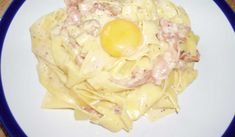 Njut av en god italiensk middag, med en saftig sallad och ett glas vitt vin till.