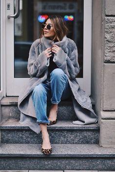 Chaussures léopard avec un manteau gris