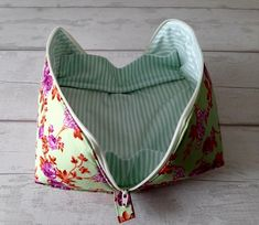 Cosmetic Bag Tutorial, Zipper Pouch Tutorial, Diy Pouch No Zipper, Pochette Diy, Small Sewing Projects, Pouch Pattern, Patchwork Bags, Bag Patterns To Sew, Fabric Bags