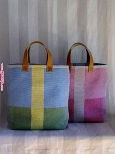 Patchwork solid bags with leather handles. by leslie Sac Week End, Tote Bags Handmade, Patchwork Bags, Quilted Bag, Craft Bags, Linen Bag, Fabric Bags, Woven Fabric, Denim Bag