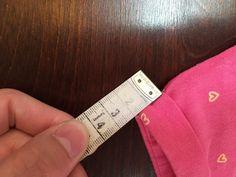 Ich habe ein Schnittmuster und eine Anleitung für ein einfaches Kinderkleid gemacht (https://schoenesachenblog.wordpress.com/2017/04/04/schnittkonstruktion-fuer-anfaenger-ein-schnittmuster-fuer-ein-sommerliches-jersey-kleid-selber-konstruieren-teil-1/). Das Kleid hat keine Ärmel. Aber damit die Armlöcher nicht so ganz langweilig aussehen, habe ich auf das Armloch einen Streifen Jerseystoff gesetzt. Diese Verarbeitung mit dem … weiterlesen