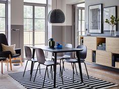 LISABO bord, som er hurtigt at montere, og sorte SVENBERTIL stole er en elegant kombination i midten af et rum med halvt grå, halvt hvide vægge og åben og lukket opbevaring af ask.