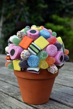 Homemade candy tree for communion or spring festival - Libelle - Is your communicant or spring feast a real sweet tooth? With this lollipop or candy tree you give t - Homemade Candies, Homemade Gifts, Diy Gifts, Birthday Treats, Birthday Parties, Birthday Gifts, Diy For Kids, Crafts For Kids, Sweet Trees