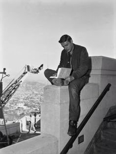 Dennis Hopper at the Griffith Observatory, Los Angeles, during the filming of Rebel Without A Cause (Nicholas Ray, Jasper Johns, I Love Books, Books To Read, Reading Books, Reading Notebooks, Classic Hollywood, Old Hollywood, Dennis Lee, People Reading
