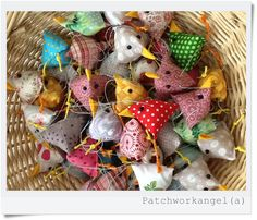 Patchwork aus Leidenschaft! Blog mit Tipps, Anleitungen und wundervollen Bildern... Bird Crafts, Easter Crafts, Crafts To Make, Arts And Crafts, Easter Table Decorations, Diy Ostern, Textiles, Fabric Birds, Easter Holidays