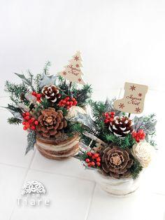 プリザーブドフラワー のクリスマス アレンジメント。ドライの松ぼっくりや、プリザーブドのヒムロスギ、柊などをあしらった。ナチュラルなアレンジメントです。 Christmas Tree Themes, Christmas Mood, Diy Christmas Ornaments, Handmade Christmas, Christmas Wreaths, Small Flower Arrangements, Christmas Flower Arrangements, Christmas Centerpieces, Christmas Crafts
