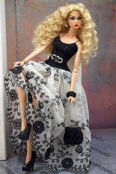 Dresses designed and made to fit mostly Fashion Royalty Dolls but also Silkstone and Barbie dolls. Doll Clothes Barbie, Vintage Barbie Dolls, Barbie Dress, Barbie Fashionista, Fashion Royalty Dolls, Fashion Dolls, Barbie Stil, Manequin, Diva Dolls