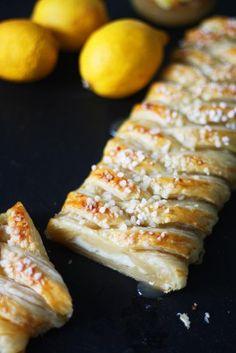 Keväinen ja makeankirpeä sitruunapitko on hyvä vierashätävara! Sitruunapitkossa yhdistyvät kirpeänmakea lemon curd ja tuorejuusto sekä lehtevä voitaikina.