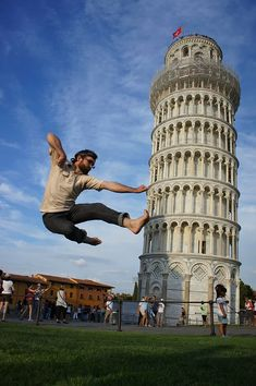 """One of the perfect examples of forced perspective photography is """"The Leaning Tower Of Pisa"""", You can create funny poses with leaning tower, just simply awesome. Perspective Forcée, Perspective Photography, Torre Pizza, Best Places In Italy, Cool Pictures, Cool Photos, Pisa Italy, Tours, Foto Pose"""