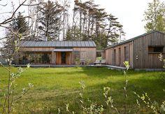 Se det skønne arkitekttegnede træhus syd for Skagen. Open House Plans, Dream House Plans, Danish House, Narrow House Designs, Modern Barn House, Contemporary Barn, House Of Beauty, Modern Pergola, Shed Homes