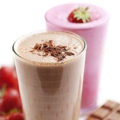 Estas tres recetas para batidos fáciles con yogur y frutas son muy sencillas y rápidas, una forma deliciosa de aprovechar los productos de la temporada.