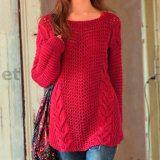 Красный пуловер в стиле оверсайз сочетает в себе плотные фактуры кос и ажурную структуру основного полотна. Прекрасный удлиненный пуловер понравится ...