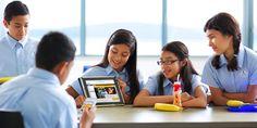 Una niña mostrando jw.org en su tableta a los compañeros de clase