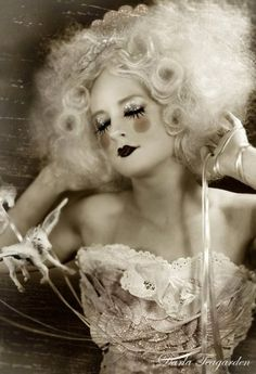 Image shared by marie Antoinette . Find images and videos about fun, circus and on We Heart It - the app to get lost in what you love. Clown Makeup, Costume Makeup, Hair Makeup, Costume Box, Marie Antoinette, La Danse Macabre, Pierrot Clown, Halloween Karneval, Dark Circus
