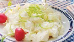 """Kremet potetsalat Tradisjonell potetsalat er for mange et """"must"""" til sommermaten. Passer til grillmat, spekemat eller annet kjøttpålegg som kokt skinke og roastbiff. 8 store potet1 dl lettrømme1 dl melk1 pk á 165 g majones2 ss sitronsaft0.5 ts salt0.5 ts nykvernet pepper2 ts sukker2 ss hakket purre1 grønt eple"""