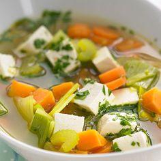 Klare Currysuppe mit Gemüse  Kaum eine Suppe ist so bunt und vielfältig wie diese: Kohlrabi, Möhren, Kartoffeln, Sellerie, Porree und Tofu geben der veganen Currysuppe viele Vitamine und ihren frischen Geschmack