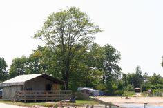 Luxe kampeertenten tijden een strandvakantie op de camping in Overijssel