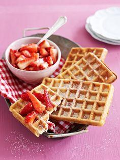 Waffeln mit Kokos-Erdbeeren | http://eatsmarter.de/rezepte/waffeln-mit-kokos-erdbeeren