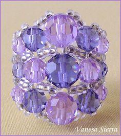 Y a continuación el esquema de como hacer el anillo, no es muy difícil, consta de:  - 3 bolas grandes de swarovski (2 violeta claro - ...