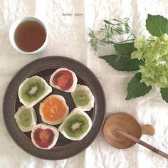 旬の季節のフルーツが丸ごと入った贅沢な味わい。行くたびに新しい大福があるかな?と楽しみになります。見た目もとってもかわいくおいしいフルーツ大福です。 Japanese Sweet, Japanese Style, Mochi, Fresh Rolls, Sweets, Ethnic Recipes, Food, Japan Style, Gummi Candy
