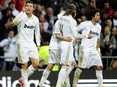 Cristiano Ronaldo (e), Sergio Ramos (c) e Marcelo (d) comemoram a vitória do Real Madrid   AFP PHOTO/JAVIER SORIANO
