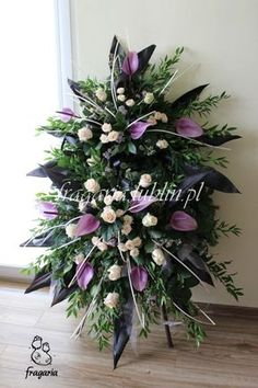 """Szczególnym typem dekoracji kwiatowej jest wieniec pogrzebowy. Ten rodzaj i ogólnie dział florystyki funeralnej jest bliski memu sercu. Nie ukrywam, że sama """"przyczyna"""" tego działu twórczości jest ... Flowers For Mom, Church Flowers, Funeral Flowers, White Flowers, Purple Flower Arrangements, Funeral Floral Arrangements, Grave Decorations, Flower Decorations, Casket Flowers"""