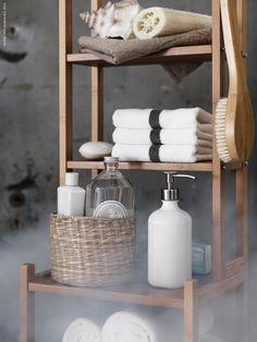 RÅGRUND hylla i bambu är en perfekt förvaringsmöbel för det lilla badrummet. BESTÅENDE tvål- eller diskmedelspump, LJUSNAN burk, FÄRGLAV gästhandduk.
