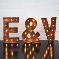 Industrial style wedding decoration: over 80 gun ideas! – – - New Site Wedding Dj, Chic Wedding, Illuminated Signs, Gifts For Photographers, Industrial Wedding, Industrial Style, Creative Gifts, Wedding Decorations, Wedding Inspiration
