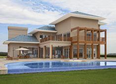 Inspirada na arquitetura americana, Ana Angélica Megiane projetou uma casa de 1200 m² que mescla madeira com elementos contemporâneos.