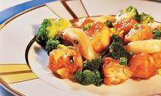 Em uma tigela, misture o caldo de galinha com duas colheres (chá) de amido de milho, o molho de soja, o vinagre e o açúcar. Reserve. À parte, tempere o peito de frango com sal e pimenta. Junte a ma…