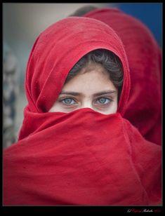 …когда увидел эту пуштунскую девочку, сразу вспомнил Стива Мак Карри и его гениальный снимок…