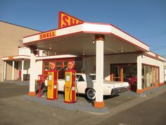 Vintage Gas Station, US 101 (Olympic Highway), Aberdeen, WA by rwchicago, via… Old Gas Pumps, Vintage Gas Pumps, Shell Oil Company, Shell Gas Station, Fuel Truck, Pompe A Essence, Garage Apartment Plans, Gas Service, Old Gas Stations