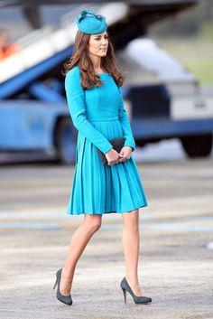 Am Flughafen von Dunedin in Neuseeland trägt Catherine ein türkisfarbenes Kleid von Emilia Wickstead, April 2014