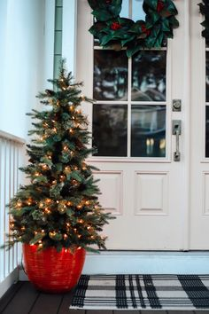 Brilliant Christmas Front Door Decor Ideas - If you really want to bring people into the Christmas spirit when they come to your home during the holidays, here are several Christmas door decorati.