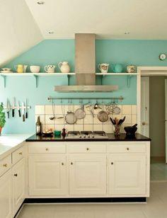 Vintage Küche mit weißen Möbel und Türkis Wandfarbe