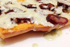 Crostini - molho de gorgonzola e tâmaras - delicioso e fácil de fazer.