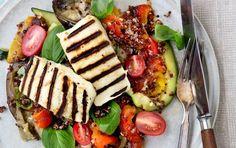 """Varm """"middelhavssalat"""" med rød quinoa, bagte grøntsager og grillet halloumi"""