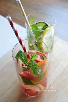 Come fare l'acqua aromatizzata in casa, bevanda naturale e dissetante con frutta e fresca, erbe aromatiche e pochi zuccheri. Ricette facilissime e golose.