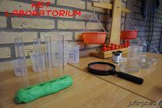 Speelhoek het laboratorium Doel: omgaan met inhoudsmaten, onderzoeken en ontdekken van oplossingen. Activiteiten: meten van hoeveelheden vloeistoffen, stoffen laten oplossen in vloeistoffen #jufanjaeu #ziekzijn #kleuters #ziekenhuis #spelendleren